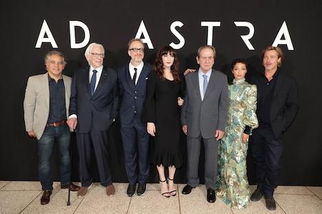 「アド・アストラ」USプレミアの様子。左からジョン・オーティス、ドナルド・サザーランド、ジェームズ・グレイ、リヴ・タイラー、トミー・リー・ジョーンズ、ルース・ネッガ、ブラッド・ピット。