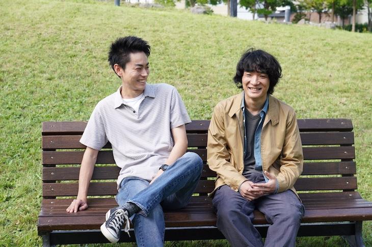 「糸」メイキング写真。左から菅田将暉、石崎ひゅーい。