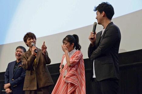 キスシーンの話を聞き出そうとする竹内涼真(右)にツッコむ板垣瑞生(中央左)。