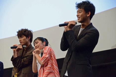 観客の写真撮影に応じる板垣瑞生(左)、吉柳咲良(中央)、竹内涼真(右)。
