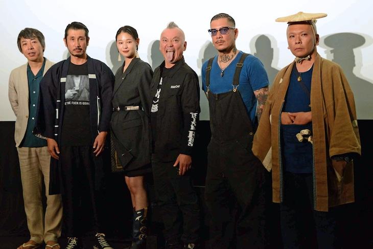 「狼煙が呼ぶ」初日舞台挨拶にて、左から豊田利晃、渋川清彦、MIU、仲野茂、村上正人、飯田団紅。