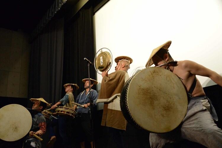 上映後に行われた、切腹ピストルズのライブの様子。