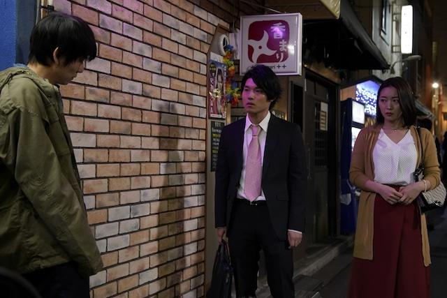 「性の劇薬」より、長野こうへい演じる遠藤(中央)。