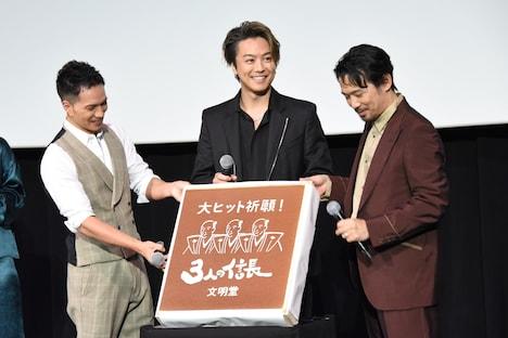 「3人の信長」カステラを見せるTAKAHIRO(中央)、市原隼人(左)、岡田義徳(右)。