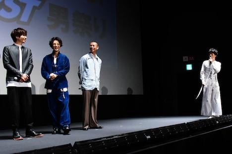 坂口涼太郎(右)のフリートークに困惑する共演者たち。