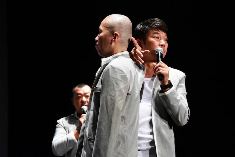 この日のためにスキンヘッドにした後輩のカミソリ負けを見せる木本武宏(右)。