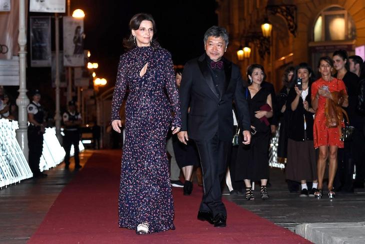 第67回サンセバスチャン国際映画祭の様子。左からジュリエット・ビノシュ、是枝裕和。