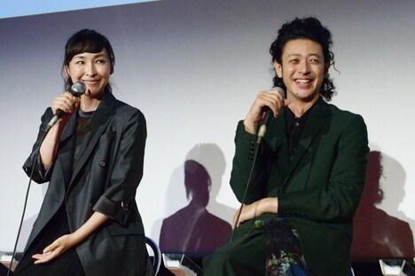 左から麻生久美子、オダギリジョー。
