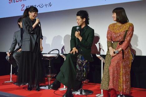 オダギリジョー(中央)と再会した日の様子を再現する麻生久美子(左)。