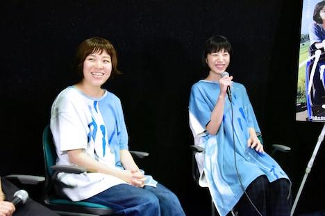 「ブルーアワーにぶっ飛ばす」トークイベントの様子。左から箱田優子、夏帆。
