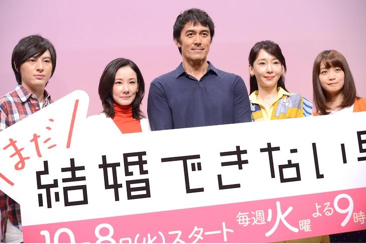 「まだ結婚できない男」制作発表会の様子。左から塚本高史、吉田羊、阿部寛、稲森いずみ、深川麻衣。