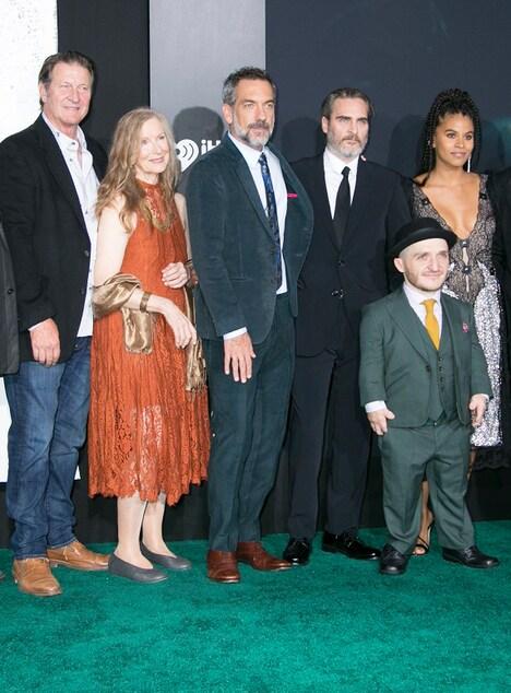 「ジョーカー」USプレミアの様子。左からブレット・カレン、フランセス・コンロイ、トッド・フィリップス、ホアキン・フェニックス、リー・ギル、ザジー・ビーツ。