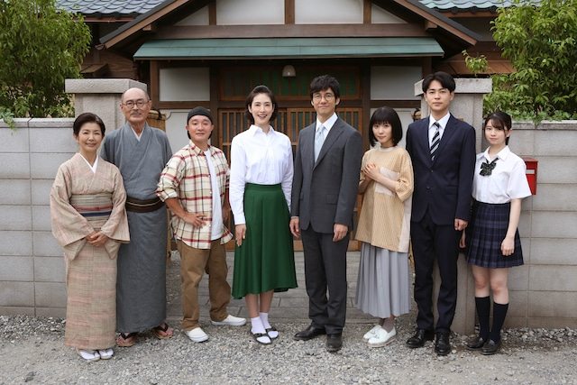 「磯野家の人々~20年後のサザエさん~」より、磯野家の家族写真。