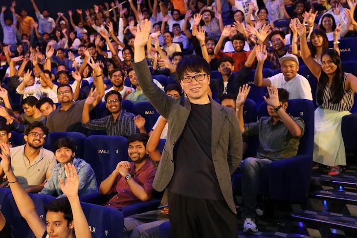 新海誠(中央)とインドのファン。