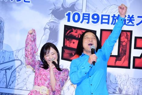 オリジナル曲をパフォーマンスする今泉佑唯(左)と永野(右)。