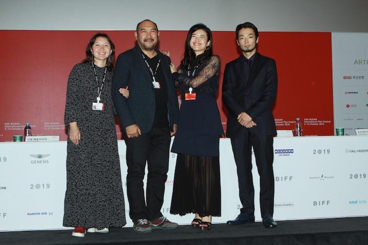 第24回釜山国際映画祭にて、左からサマル・イェスリャーモワ、エルラン・ヌルムハンベトフ、竹葉リサ、森山未來。