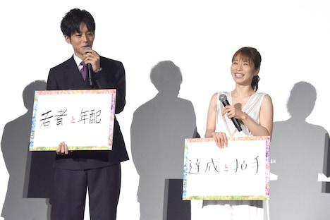 松岡茉優(右)と、「まだちょっと若者の輝きも出しておきたい思いも……」と話す松坂桃李(左)。