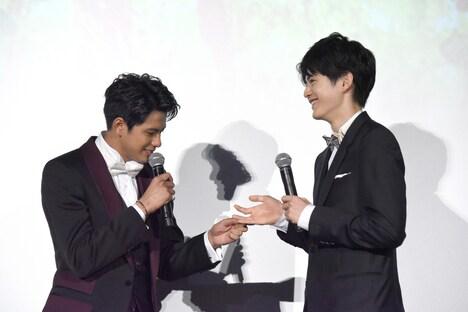 鈴鹿央士(右)の手に、ペンのインクが付いていることに気付いた森崎ウィン(左)。