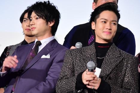 山田裕貴(左)から手紙を受け取った川村壱馬(右)。