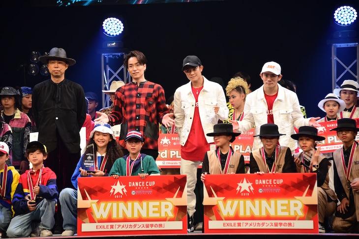上段左からEXILE USA、EXILE TETSUYA、岩谷翔吾、浦川翔平。下段は優勝チーム。