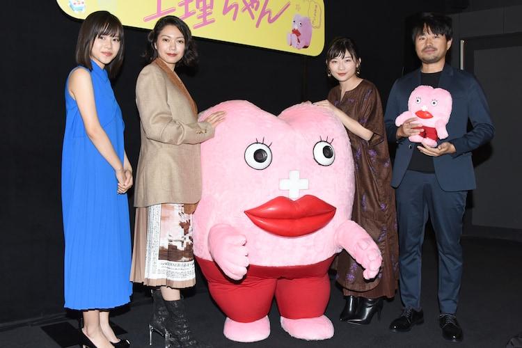 「生理ちゃん」完成披露舞台挨拶の様子。左から松風理咲、二階堂ふみ、生理ちゃん、伊藤沙莉、品田俊介。