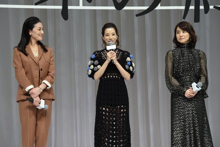 左から板谷由夏、桜井ユキ、石田ゆり子。