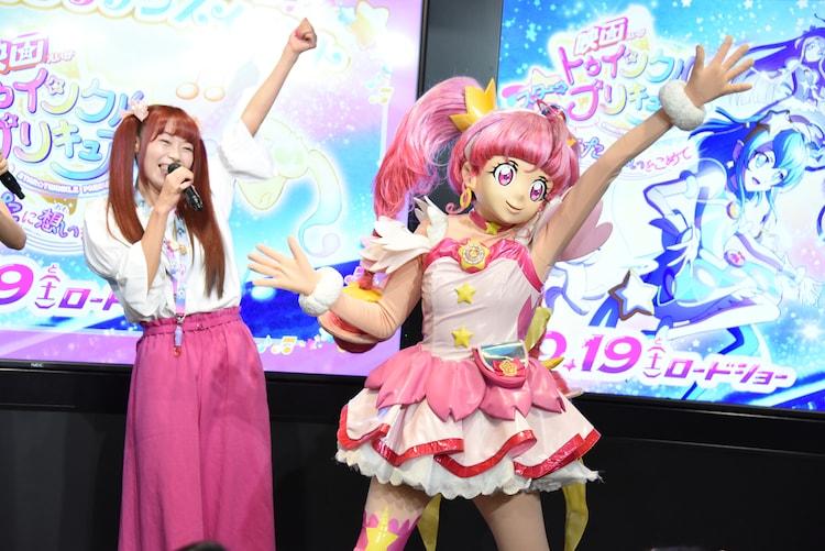 名乗りを披露する成瀬瑛美(左)とキュアスター(右)。