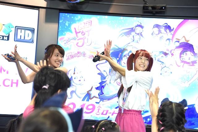 子供たちと一緒に踊る小原好美(左)と成瀬瑛美(右)。