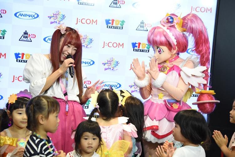 子供たちに囲まれる成瀬瑛美(左)とキュアスター(右)。