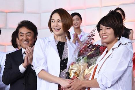 左から市村正親、米倉涼子、松本薫氏。