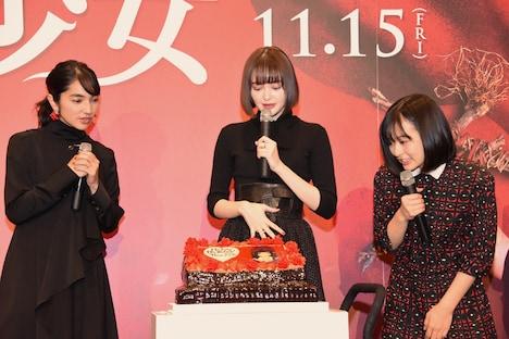 本日10月8日に22歳の誕生日を迎え、サプライズケーキを贈られた玉城ティナ(中央)。