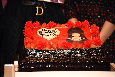 玉城ティナに贈られたサプライズケーキ。