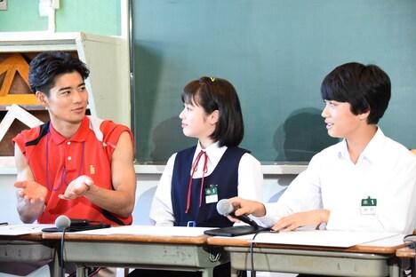 豊嶋花(中央)と佐藤大志(右)にABCスープの食べ方を語るも、共感を得られなかった辻本達規(左)。