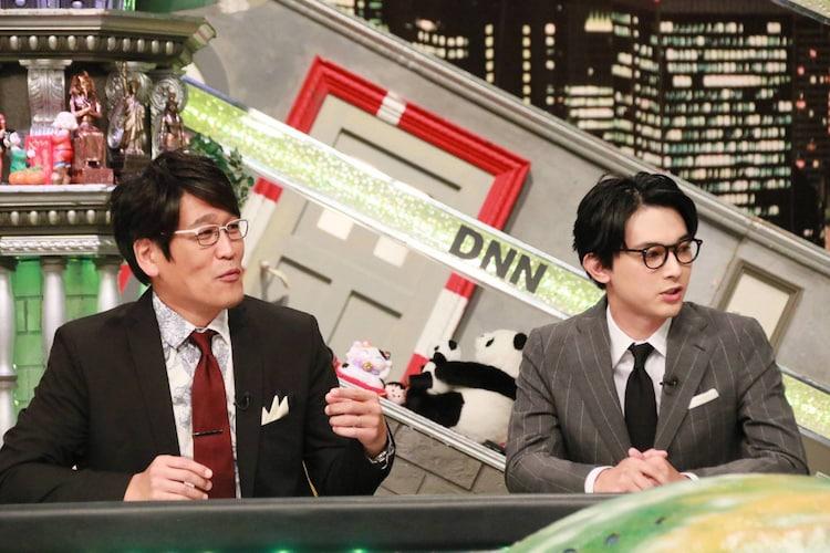 10月11日放送の「全力!脱力タイムズ」より。左から古坂大魔王、吉沢亮。