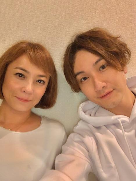 左から佐藤仁美、細貝圭。