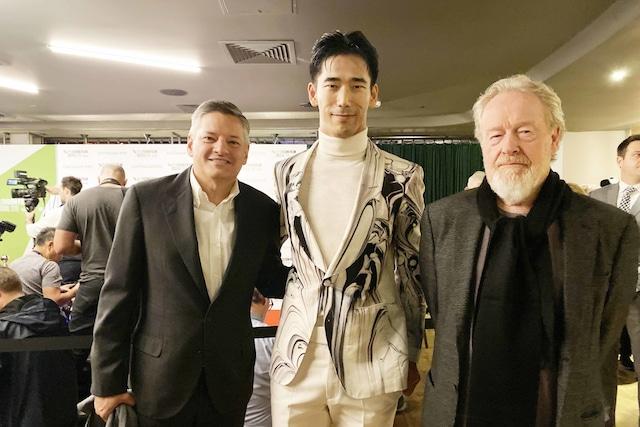 小林直己(中央)、リドリー・スコット(右)。