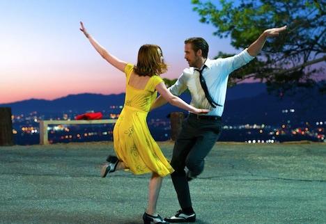 「ラ・ラ・ランド」 (c)2017 Summit Entertainment, LLC. All Rights Reserved. Photo credit: EW0001: Sebastian (Ryan Gosling) and Mia (Emma Stone) in LA LA LAND. Photo courtesy of Lionsgate.