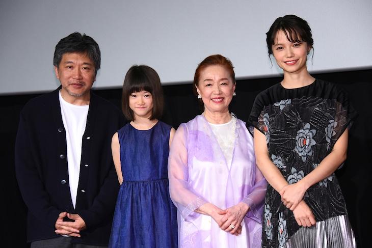 「真実」公開記念舞台挨拶の様子。左から是枝裕和、佐々木みゆ、宮本信子、宮崎あおい。