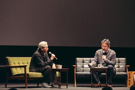 左から細野晴臣、MCの青木眞弥。