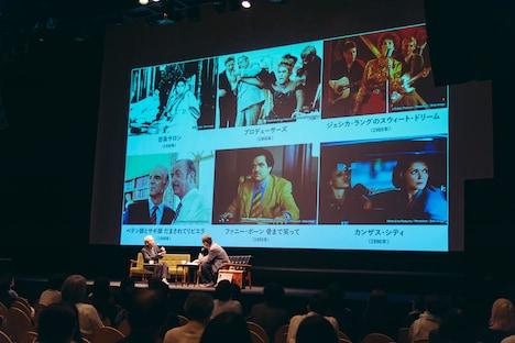 上映候補作品について話す細野晴臣(左)。