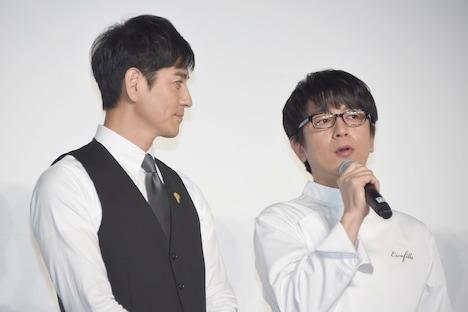 及川光博(右)を見つめる沢村一樹(左)。