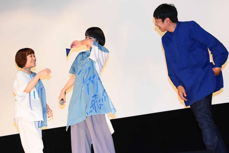 箱田優子(左)と黒田大輔(右)にからかわれ、「泣いてねーよ!」と言いながら涙をぬぐう夏帆(中央)。