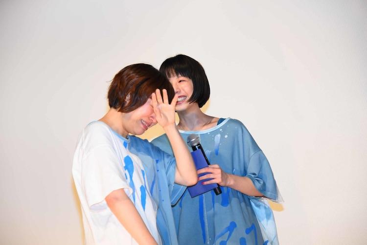 号泣する箱田優子(左)に寄り添う夏帆(右)。