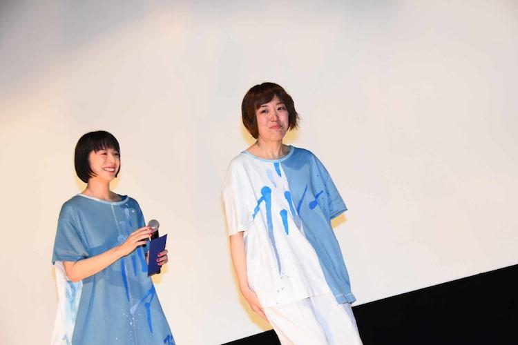 泣きながら降壇する箱田優子(右)と、夏帆(左)。