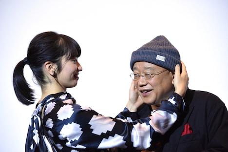 笑福亭鶴瓶(右)にニット帽を被せる小松菜奈(左)。