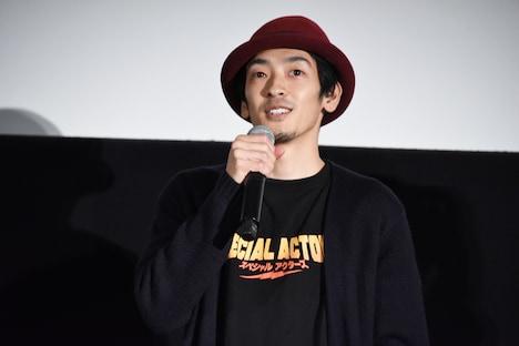 上田慎一郎の帽子をかぶった原野拓巳。