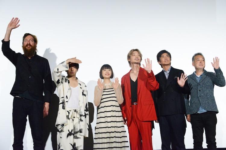左からユップ・ベヴィン、村上虹郎、杉咲花、綾野剛、佐藤浩市、瀬々敬久。