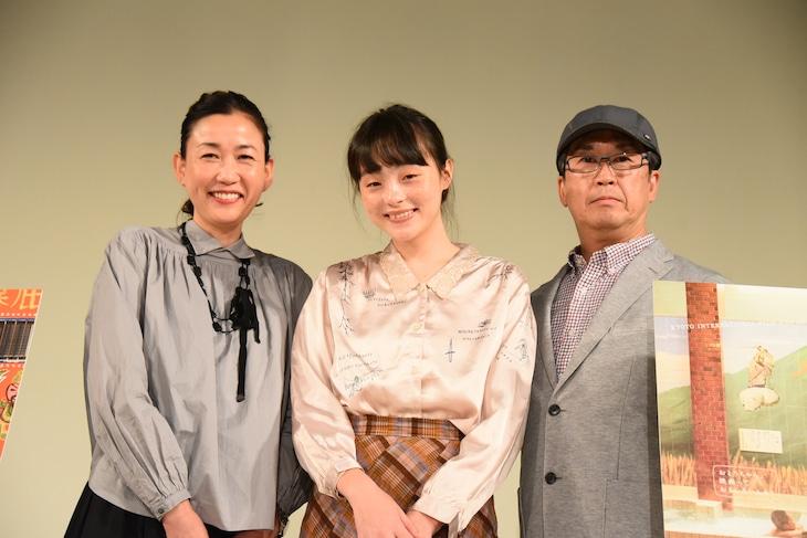 「恋恋豆花」舞台挨拶の様子。左から大島葉子、モトーラ世理奈、今関あきよし。