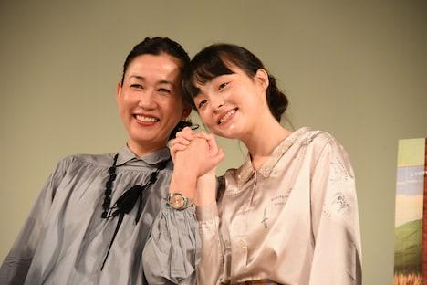 左から大島葉子、モトーラ世理奈。