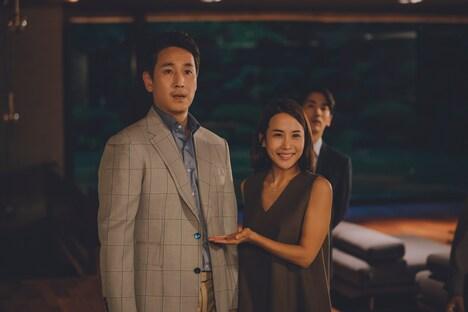 「パラサイト 半地下の家族」より、イ・ソンギュン演じるパク・ドンイク(左)。